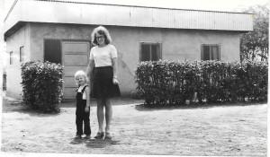 Jeg-og-mamma-på-utsiden-av-huset-vårt